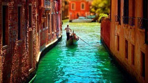 Itly-Narrow-canal-of-Venice